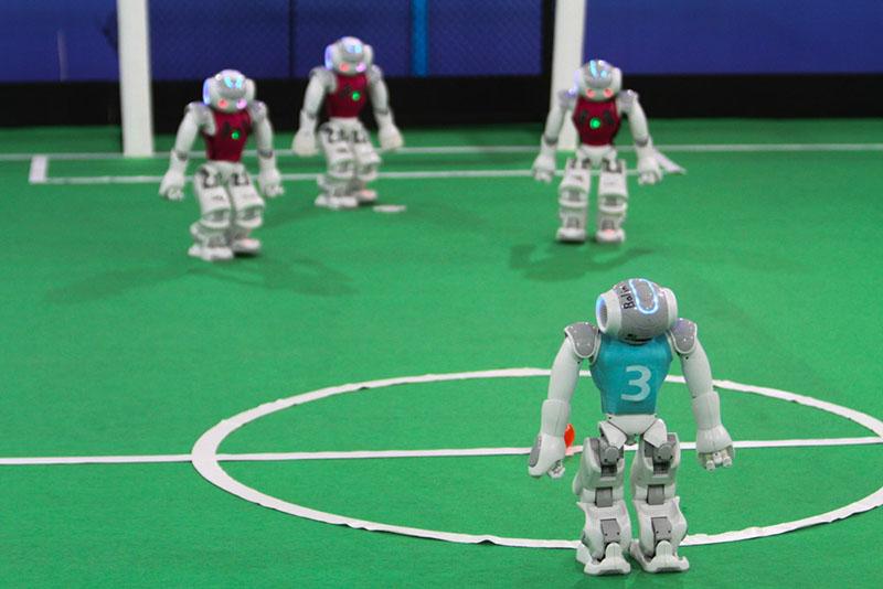 روز پرهیجان رقابت روباتهای فوتبالیست