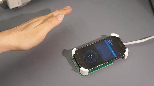 کنترل ابزارهای همراه با اشاره دست
