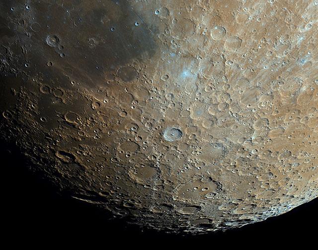 مشاهده جزییات ماه از بالکن خانه