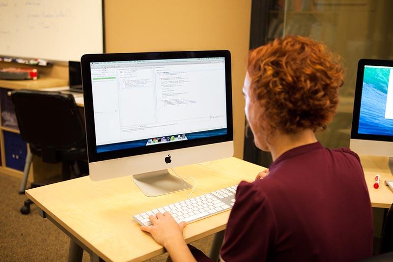 زنان پدیدآورنده 9 زبان برنامهنویسی مهم