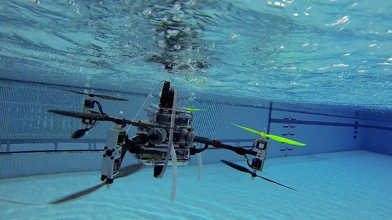 ویدیو: این دِرون زیر آب هم پرواز میکند