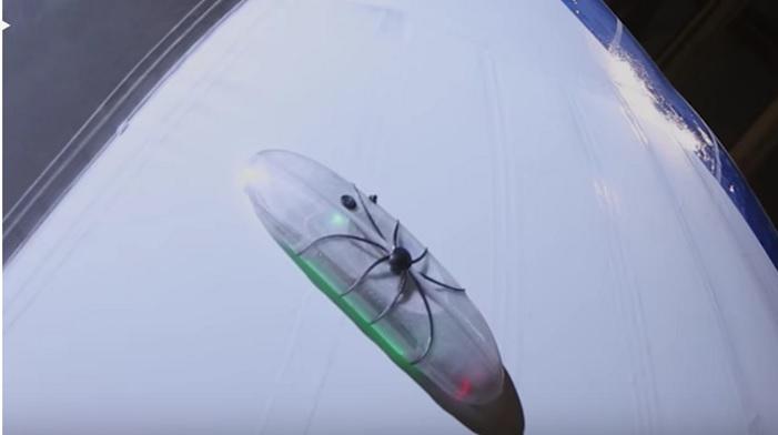 یک روبات عنکبوتی کشتیهای پرنده را تعمیر میکند