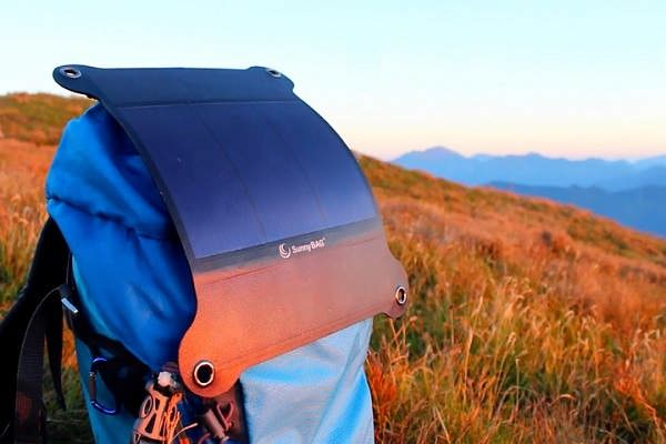 ویدیو: با نصب این پنل خورشیدی روی کولهپشتی، تلفن همراهتان را شارژ کنید