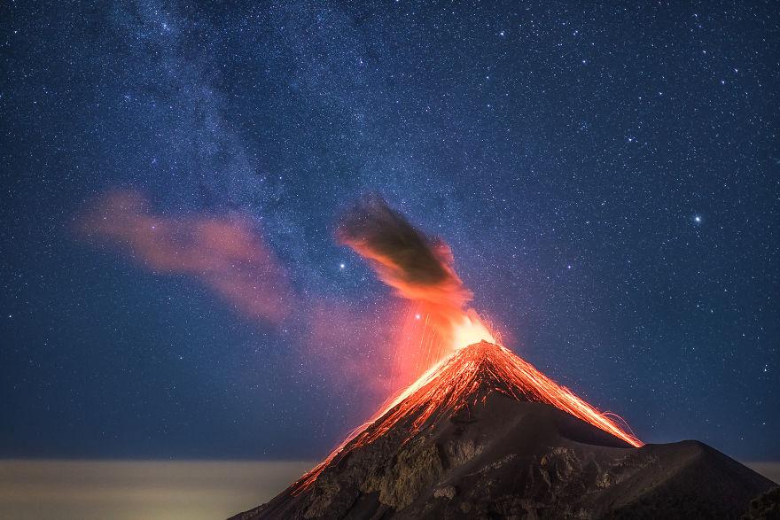 داستان جالب عکاسی از آتشفشان و کهکشان راه شیری