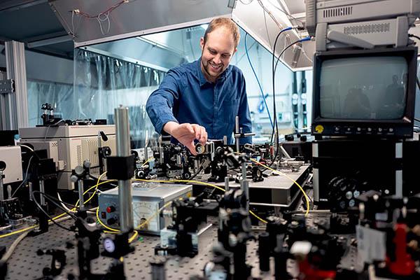 رسیدن به سرعت 240 گیگابیت بر ثانیه در فیبر نوری با لیزر اسپین