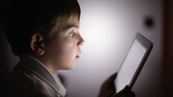 بالاخره گوشیهای هوشمند و تبلتها برای کودکان مضر هستند یا خیر؟