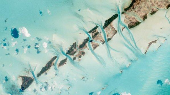 عکاسی در فضا و رد هواپیمایی که میگذرد
