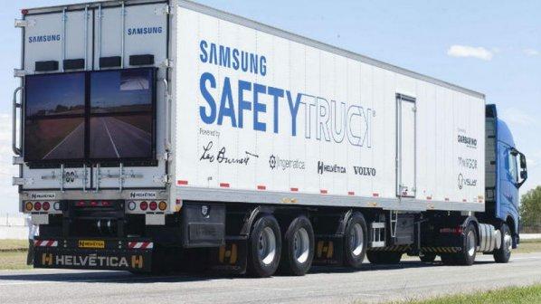 کامیونی مجهز به صفحهنمایش عقب برای رانندگانی که میخواهند سبقت بگیرند