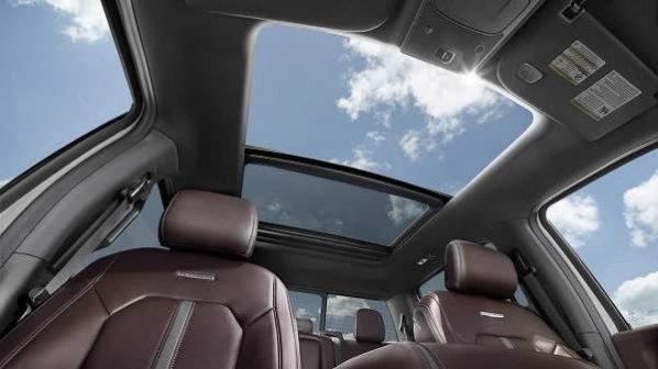 نمایشگرها جایگزین سقفهای سانروف خودرو میشوند