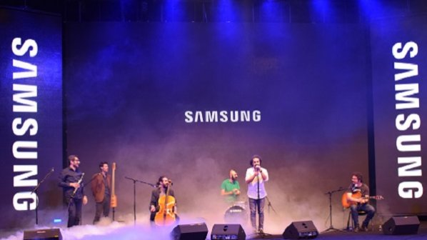 تماشا کنید: همخوانی مردم با گروه پالت در مراسم رونمایی از گلکسی اس 8