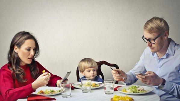 اگر میخواهید فرزندتان لجوج و پرخاشگر نباشد: استفاده از موبایل سر میز غذا ممنوع!
