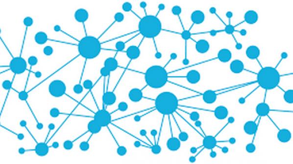 چه تفاوتی بین پروتکلهای مسیریابی متمرکز و پروتکلهای مسیریابی توزیع شده وجود دارد؟
