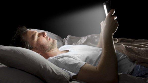 چگونه مانع از انتشار نور آبی گجتها برای داشتن خوابی راحت شویم؟