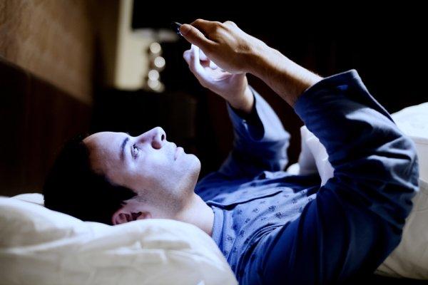 نور آبی، خواب سیاه: چرا نور تلفن همراه و نمایشگر قبل از خواب آسیب زاست؟