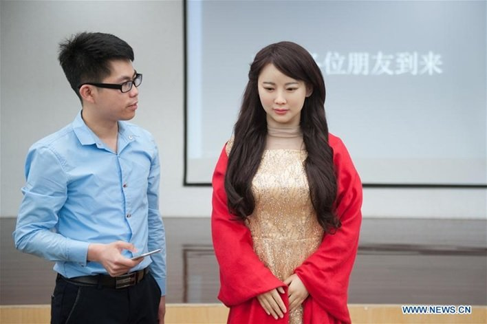روباتی با چهره انسانی و توانایی برقراری ارتباط کلامی با انسانها