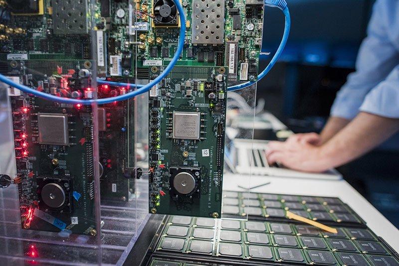 سامسونگ از پردازنده شبیه مغز انسان آیبیام استفاده میکند