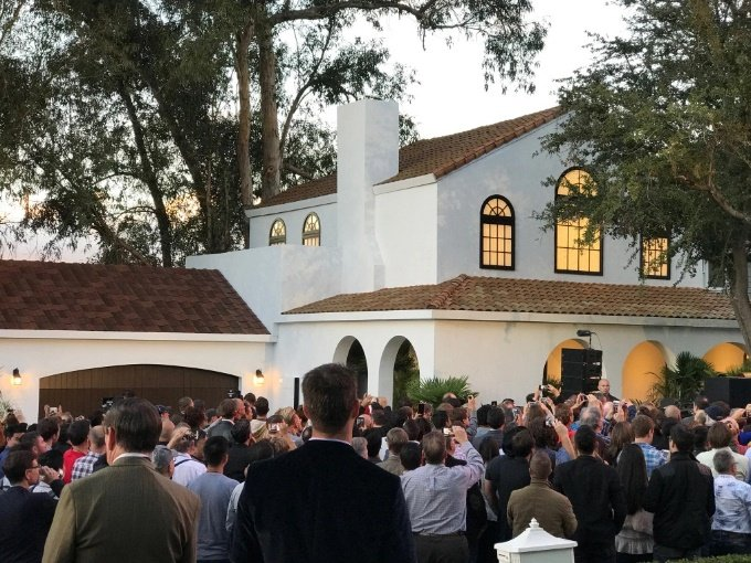 سقفهای خورشیدی تسلا به زیبایی خانهها میافزایند