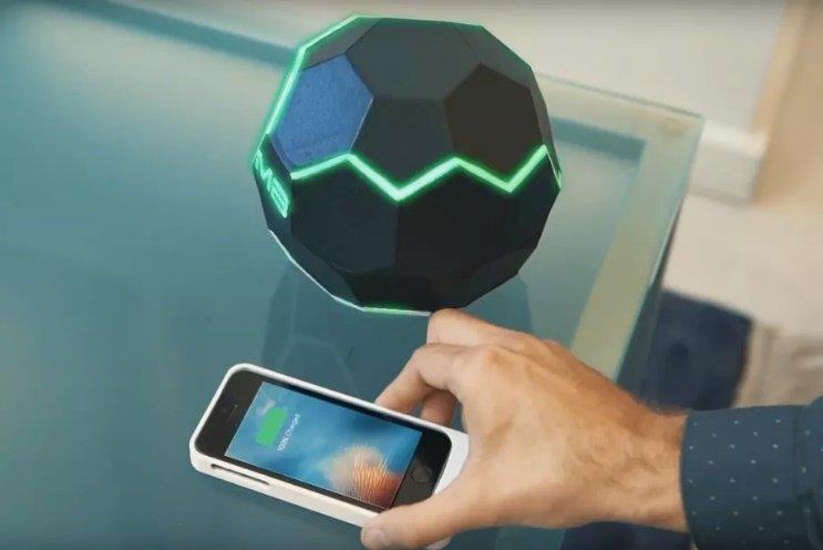 تماشا کنید: گوی عجیبی که گوشیهای موبایل را بیسیم شارژ میکند