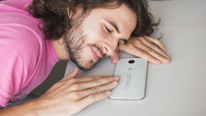 5 نشانه که ثابت میکنند گوشی خود را بیشتر از همسرتان دوست دارید!