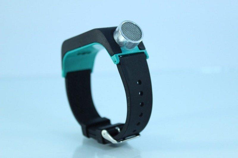 این دستبند از انعکاس امواج صوتی برای کمک به نابینایان استفاده میکند + عکس