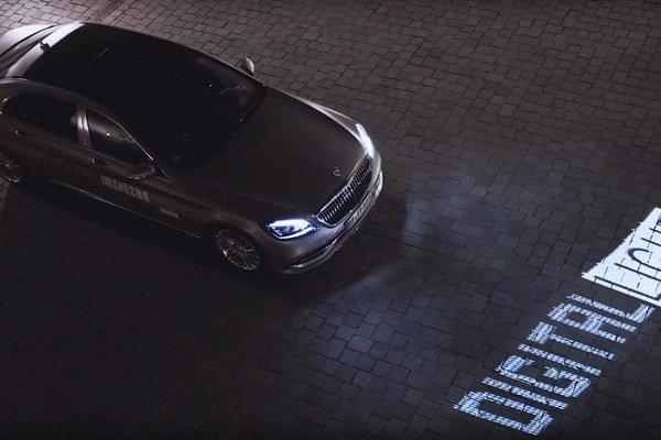 چراغهای جلوی خودروهای مرسدس-بنز هشدارها و اطلاعات لازم را روی جاده نمایش میدهند