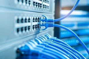 برای اتصال به اینترنت از شبکه بیسیم استفاده کنیم یا باسیم؟